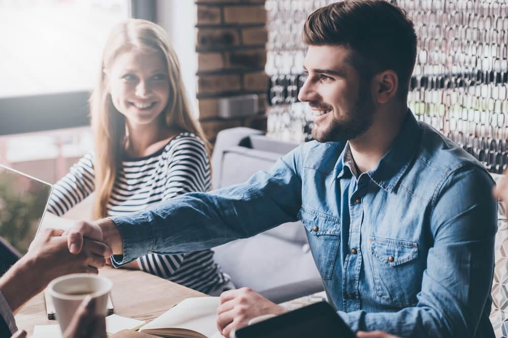 mujer y hombre jóvenes en reunión de trabajo informal