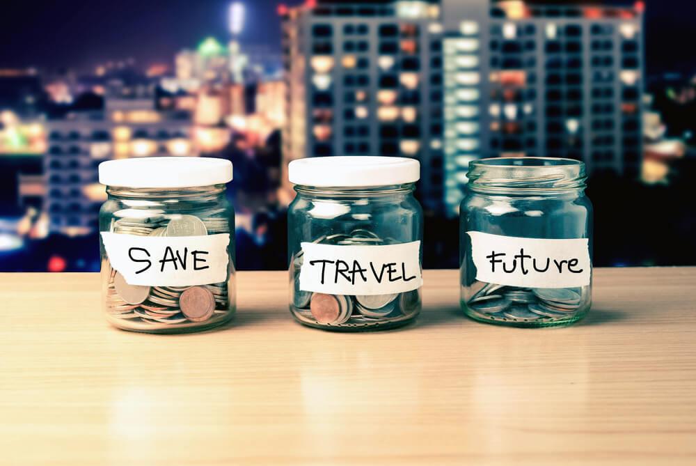 Mehrere Gläser mit Geld stehen auf dem Tisch
