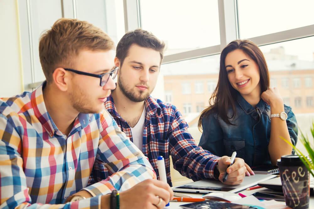 Personen sitzen am Tisch und lernen