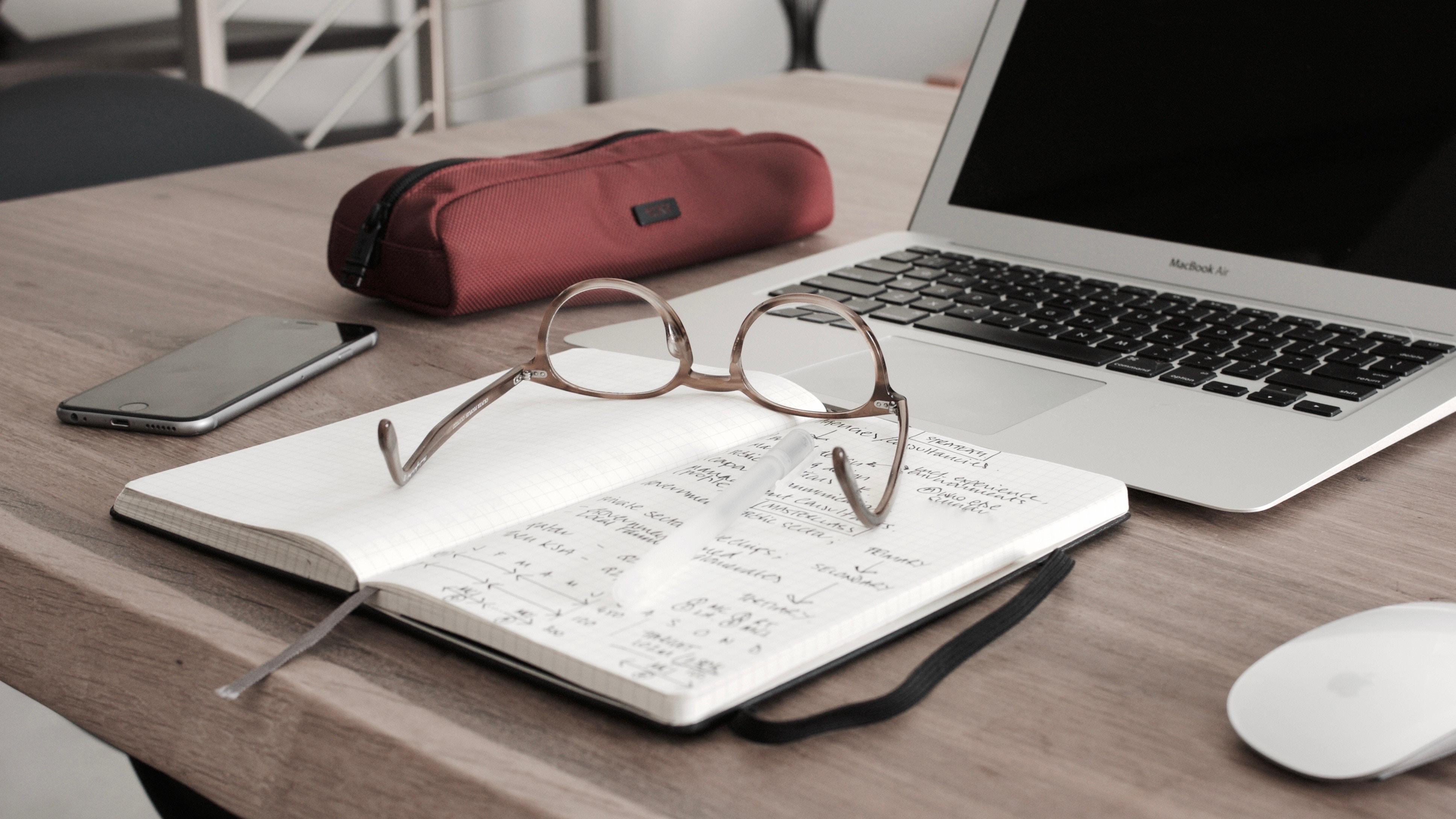 Notizbuch und Lesebrille