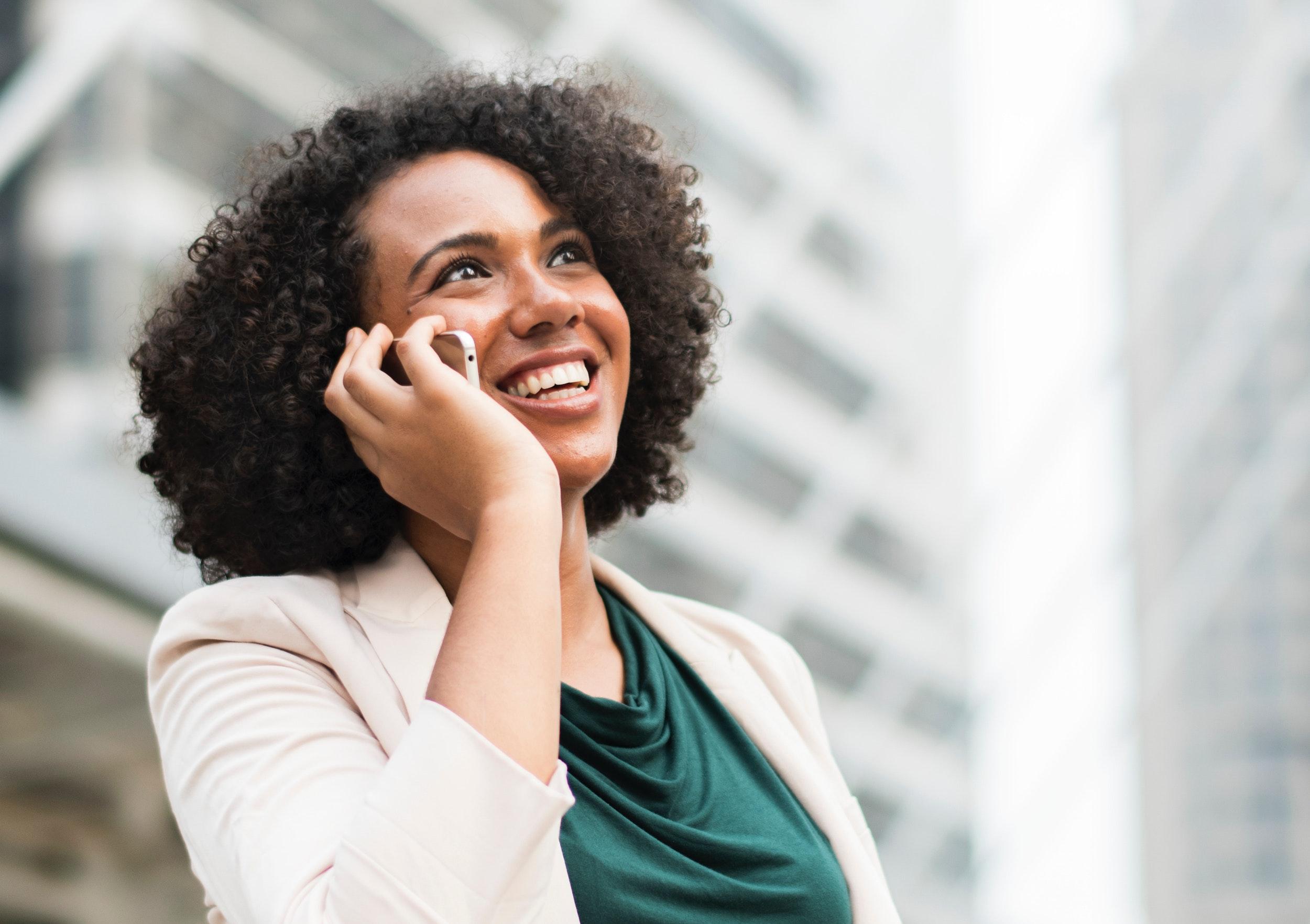 Glückliche Frau telefoniert am Handy