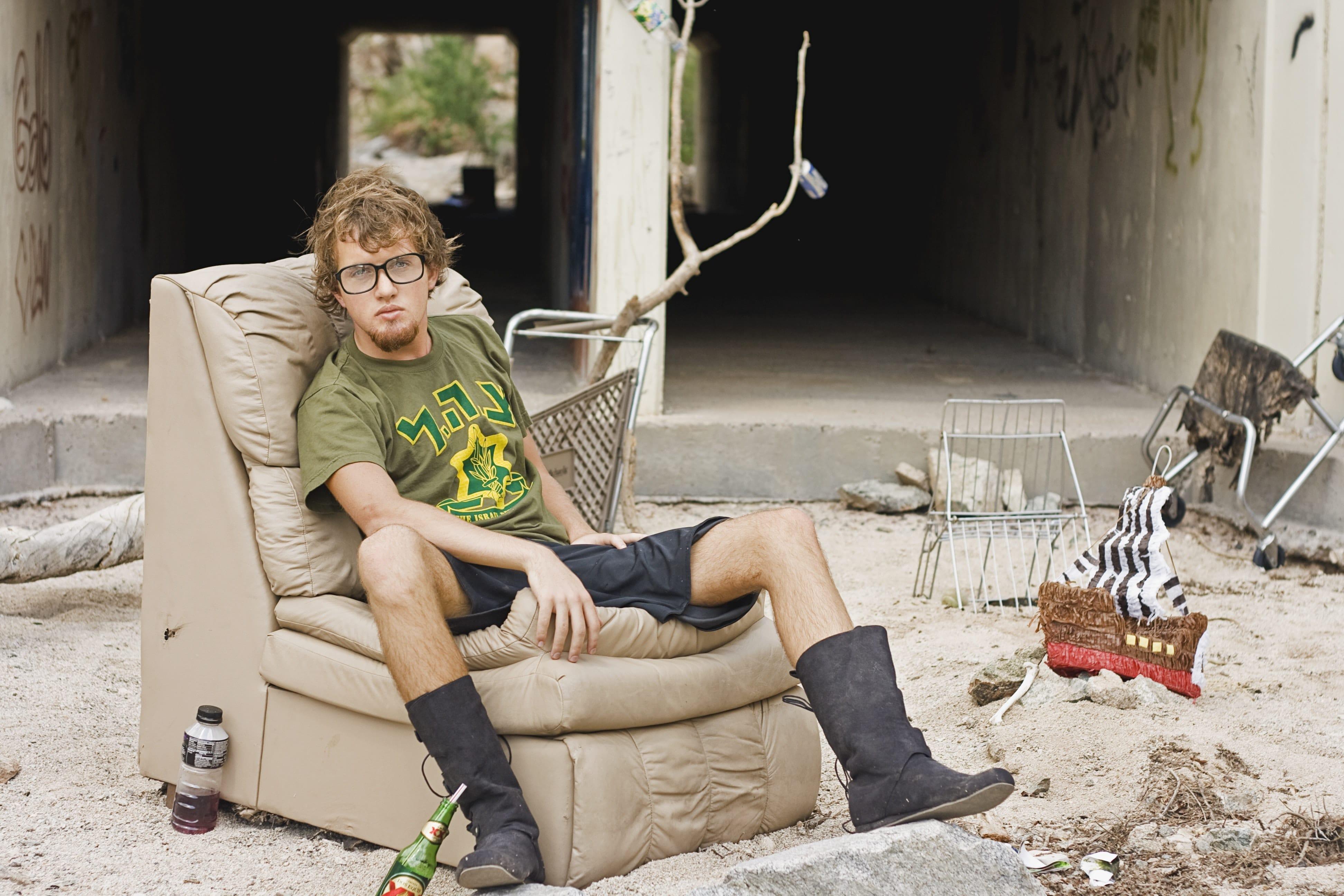 homme assis sur sofa