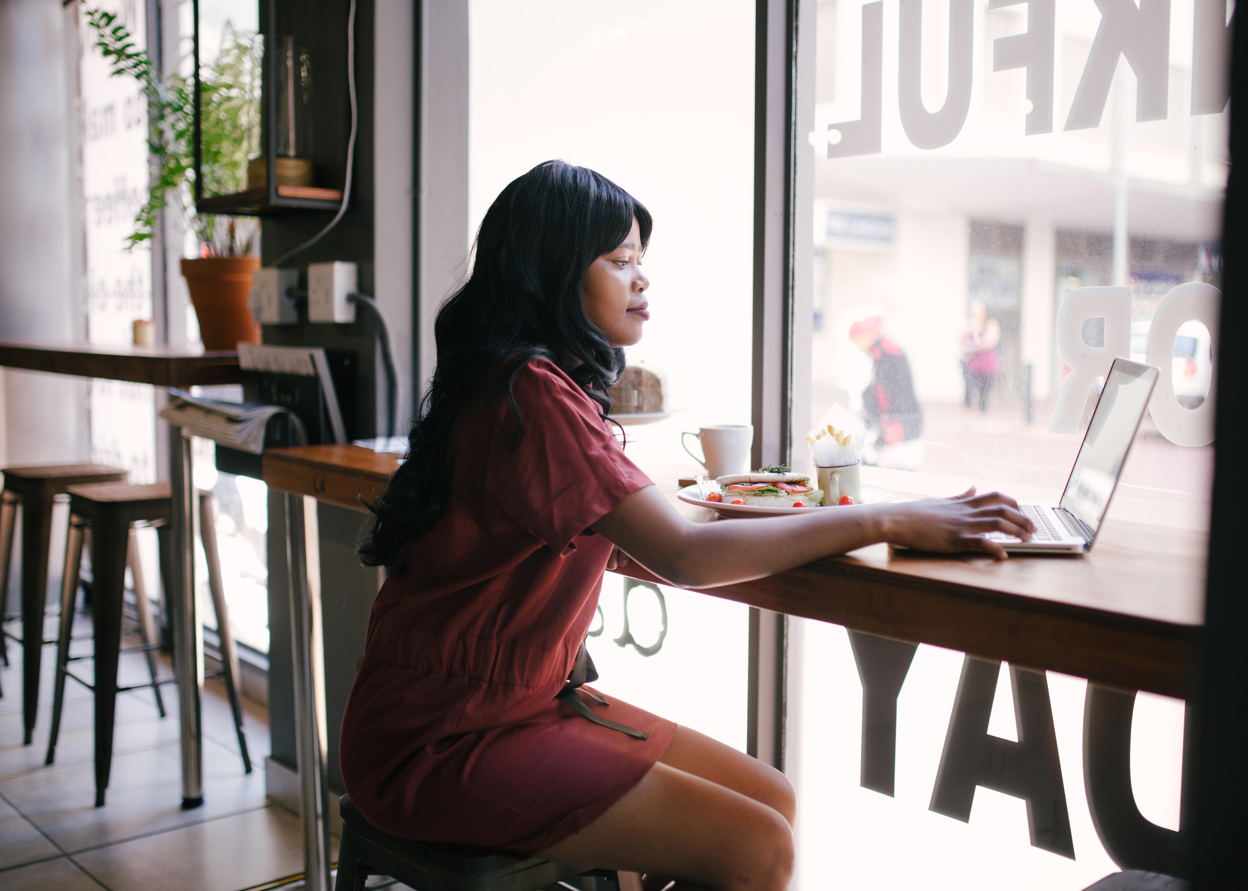 Frau arbeitet im Cafe