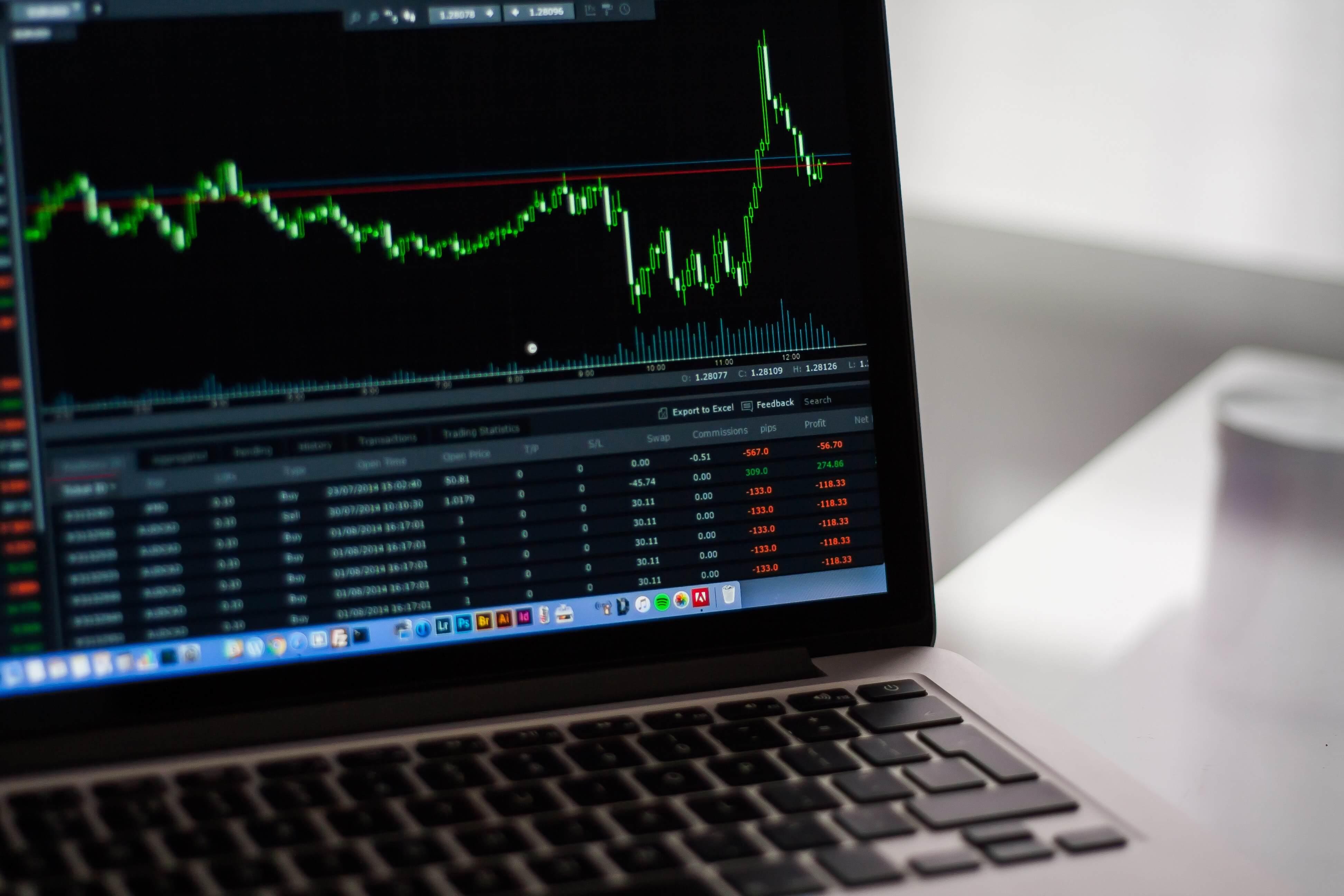 Man sieht einen Börsenkurs auf einem Computer