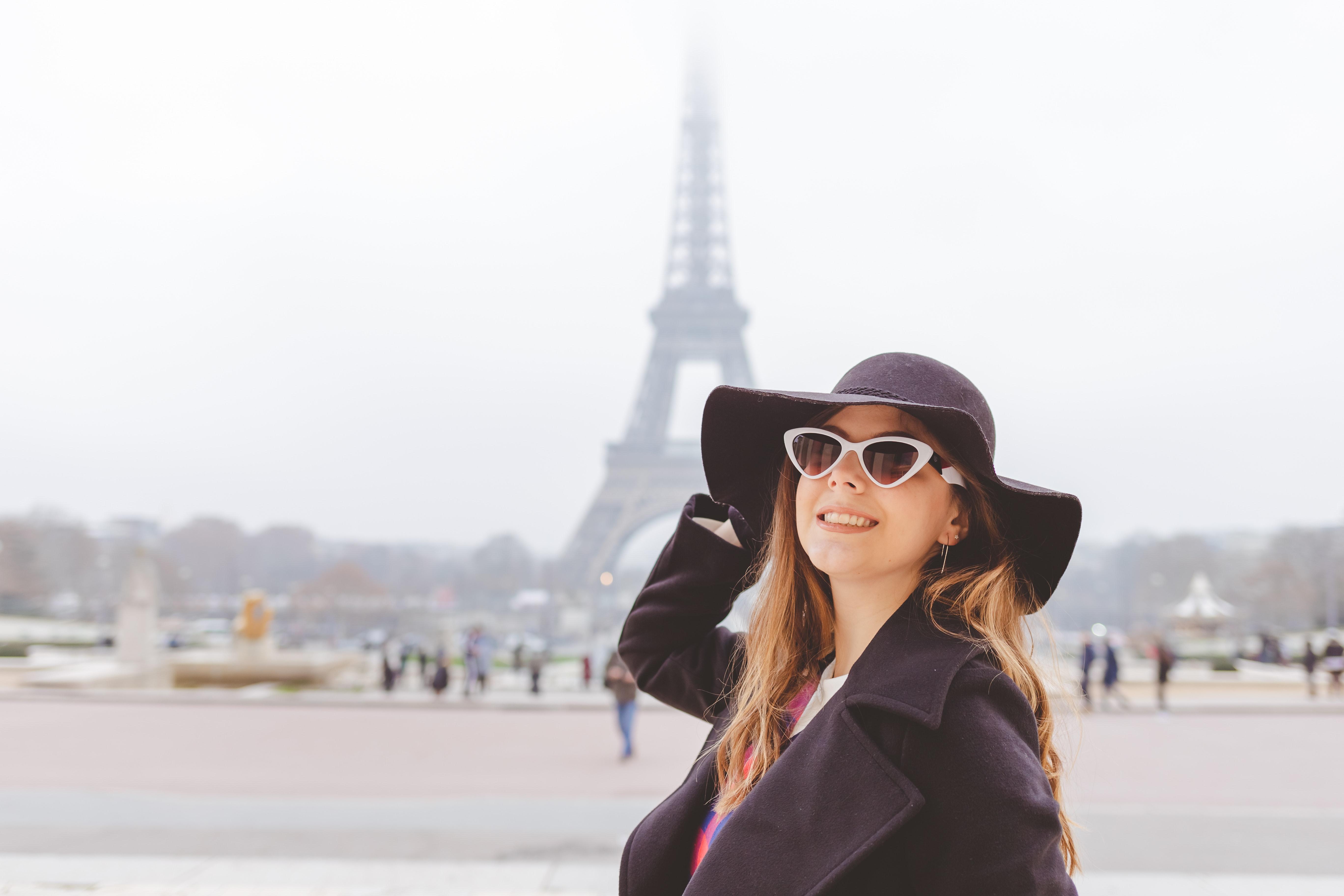 Mädchen vor dem Eiffelturm