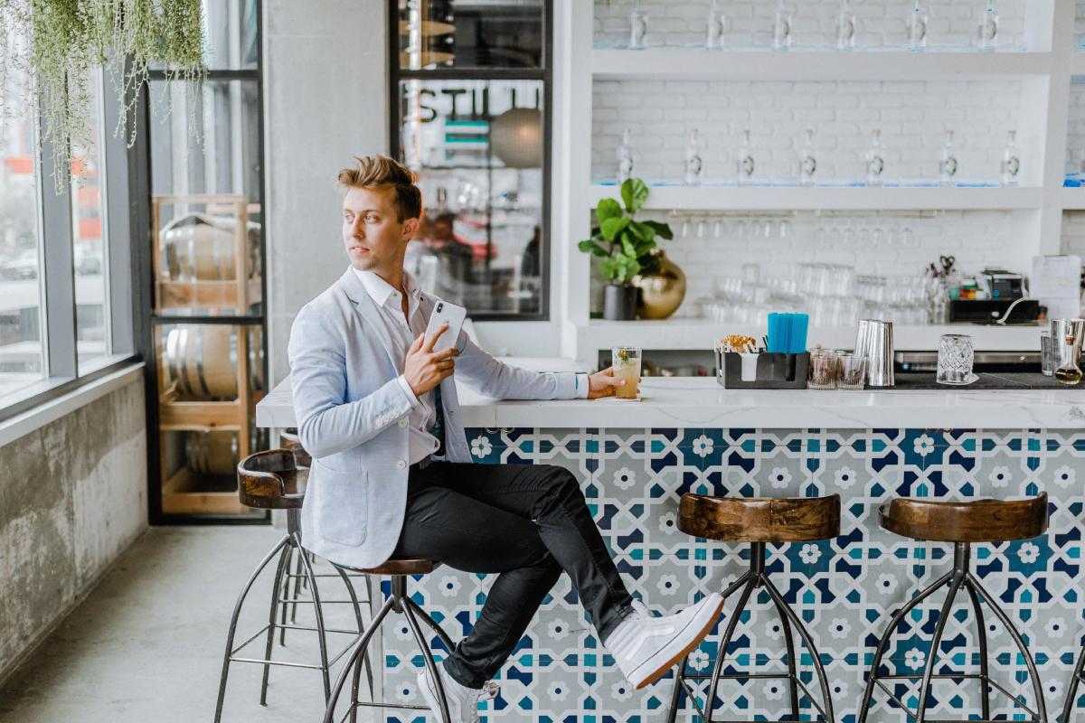 Person som sitter på ett café