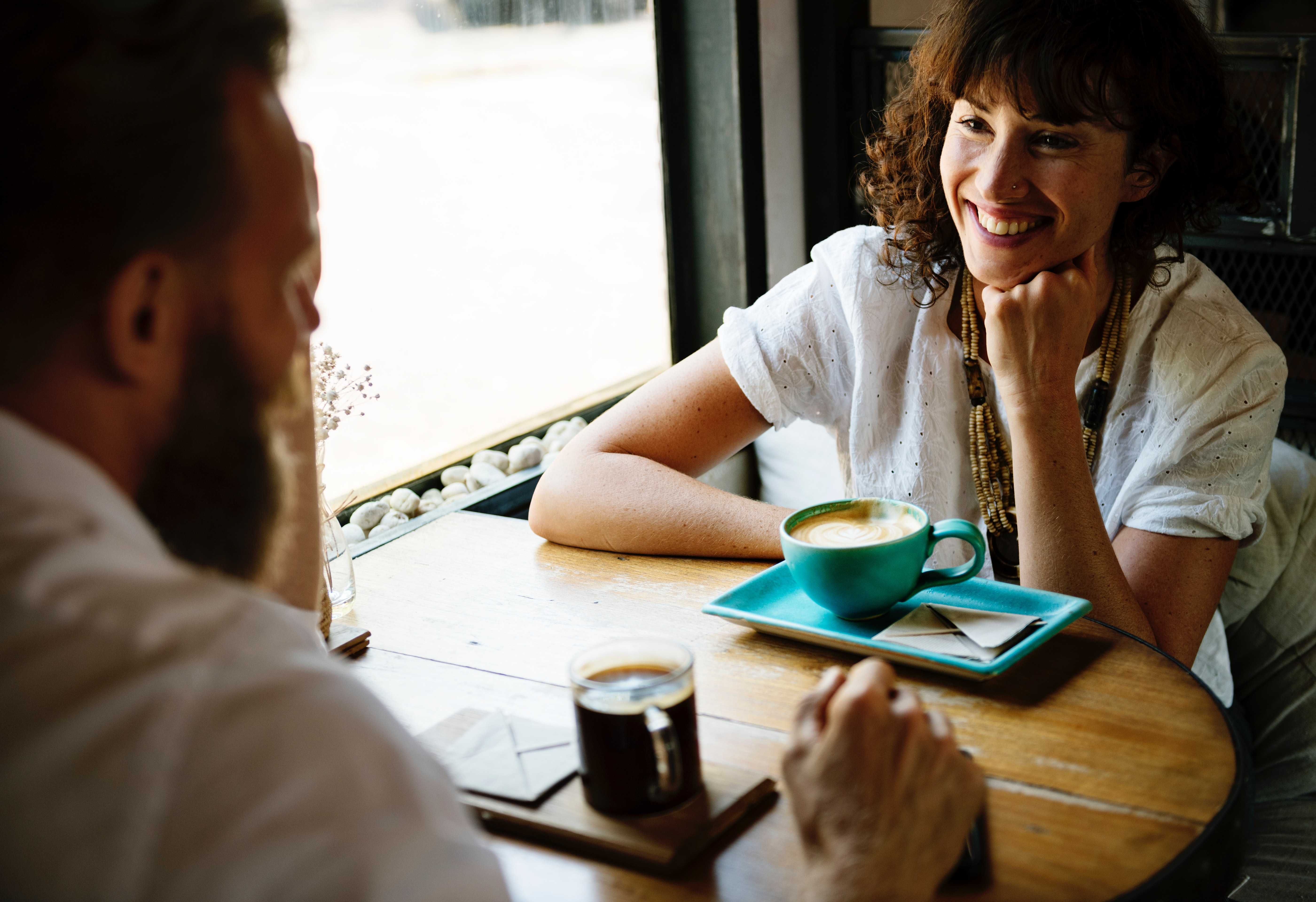 Mann und Frau unterhalten sich
