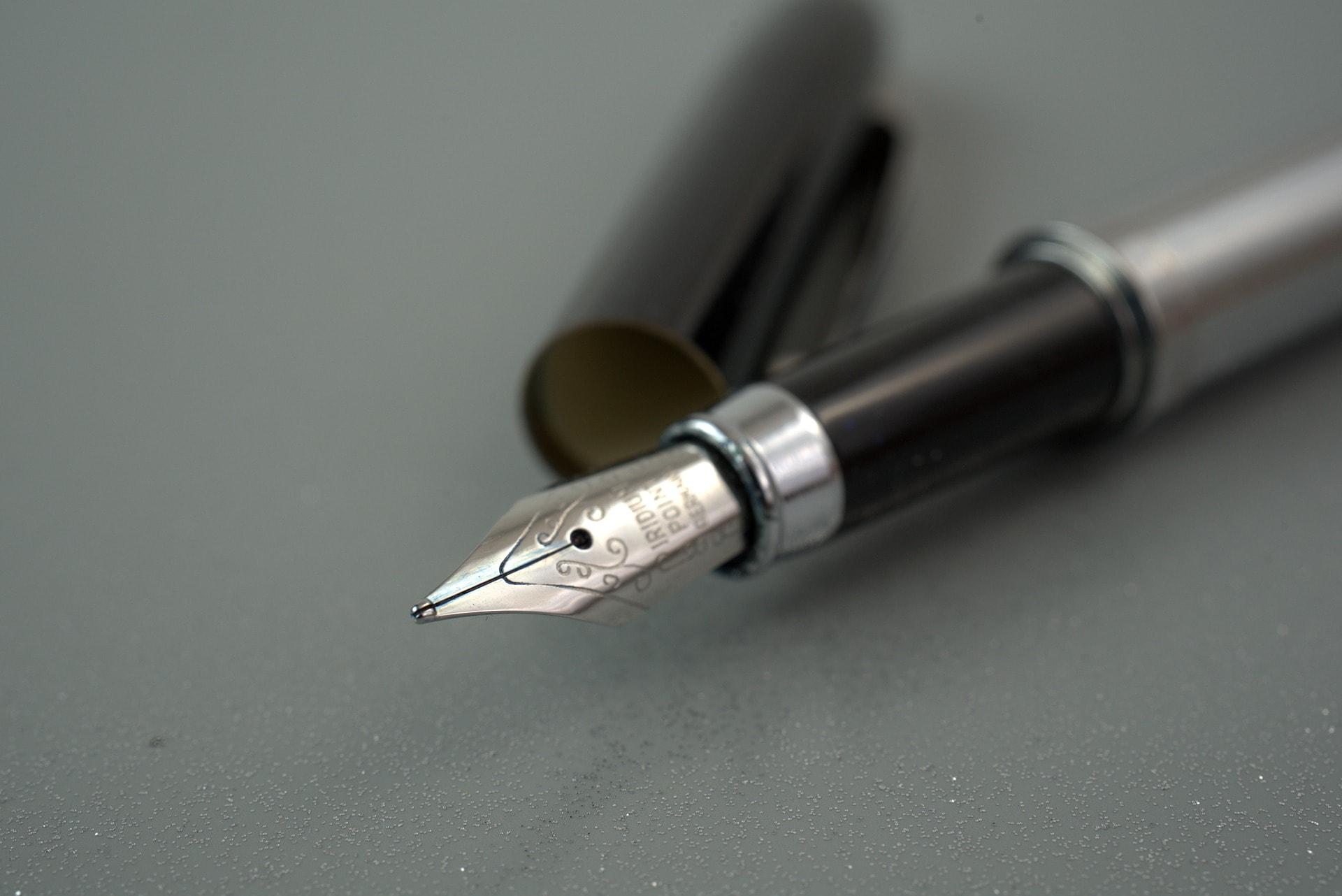 Ein offener schwarz-grauer Füller