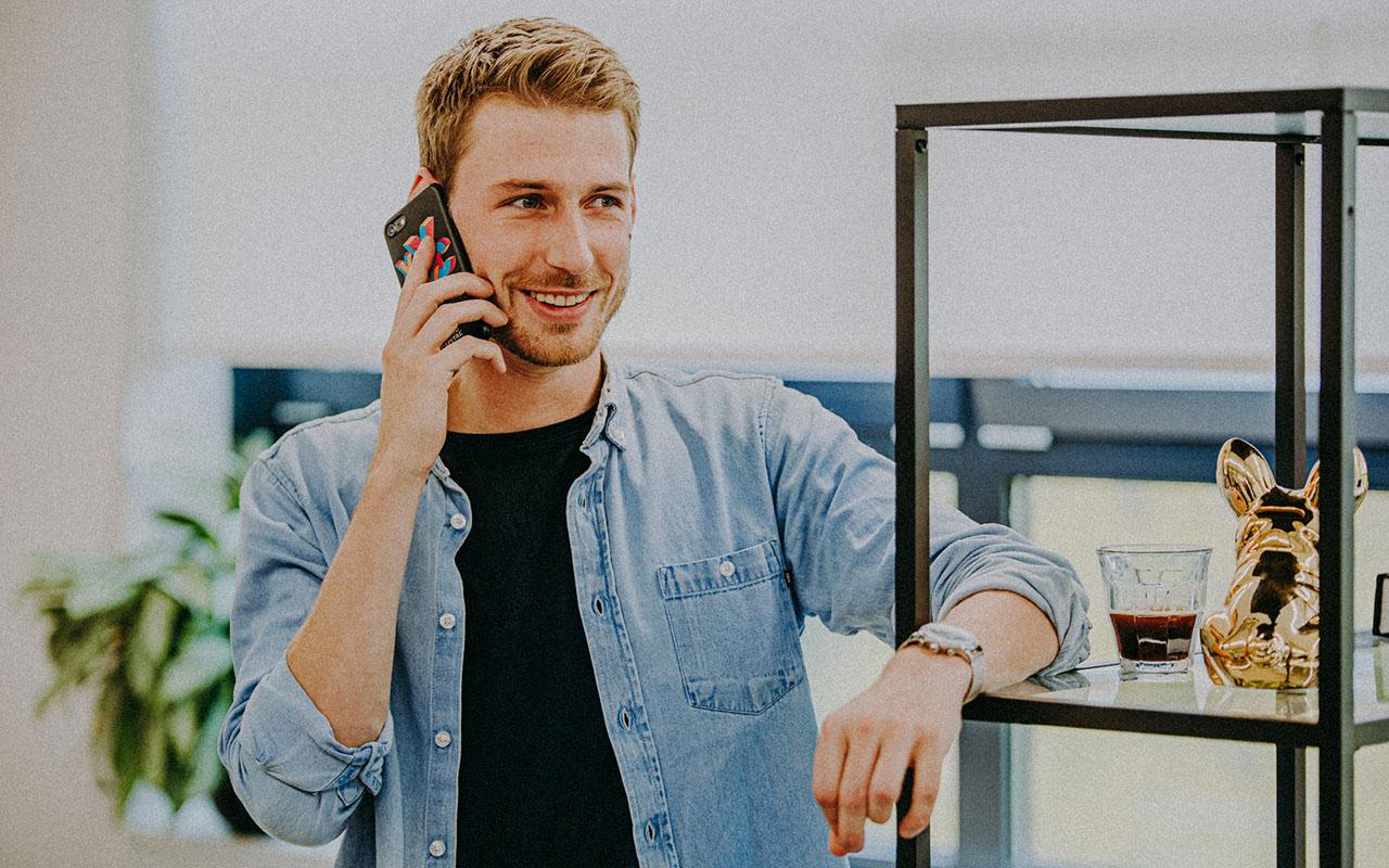 Mann am Telefonieren