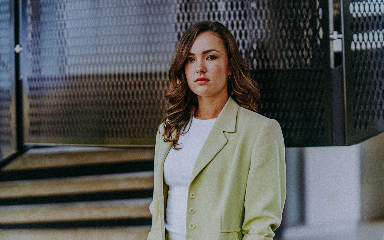 Frau im Anzug