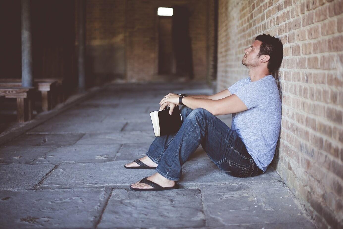 Hoffnungslosikeit, Stress, Student am Boden, Studentenleben