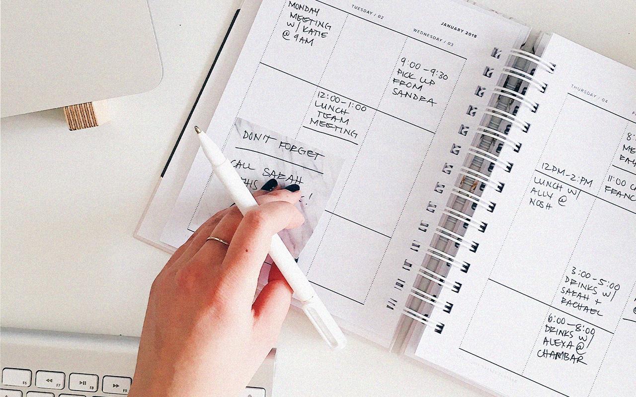 girl organize calendar