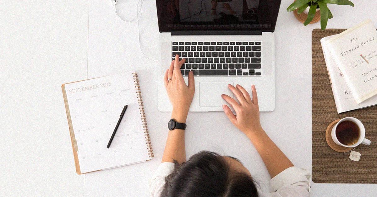 vrouw typt op laptop