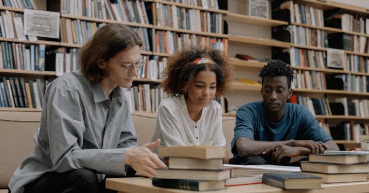 Studenten lesen Bücher in einer Bibliothek