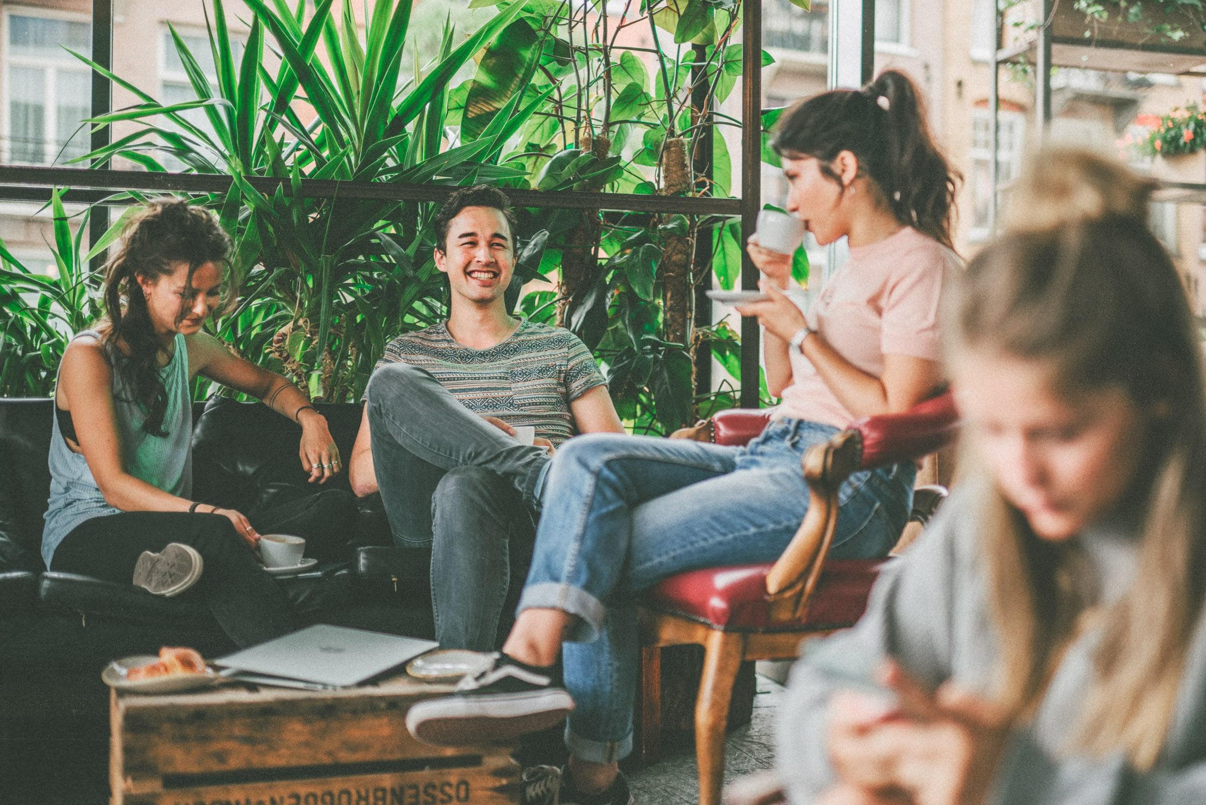 Eine Gruppe Studenten sitzt bei Kaffee zusammen