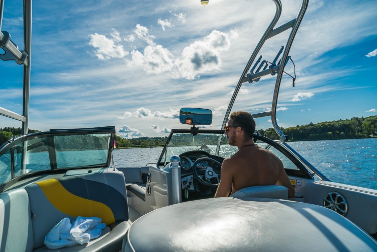 Junge auf dem Boot