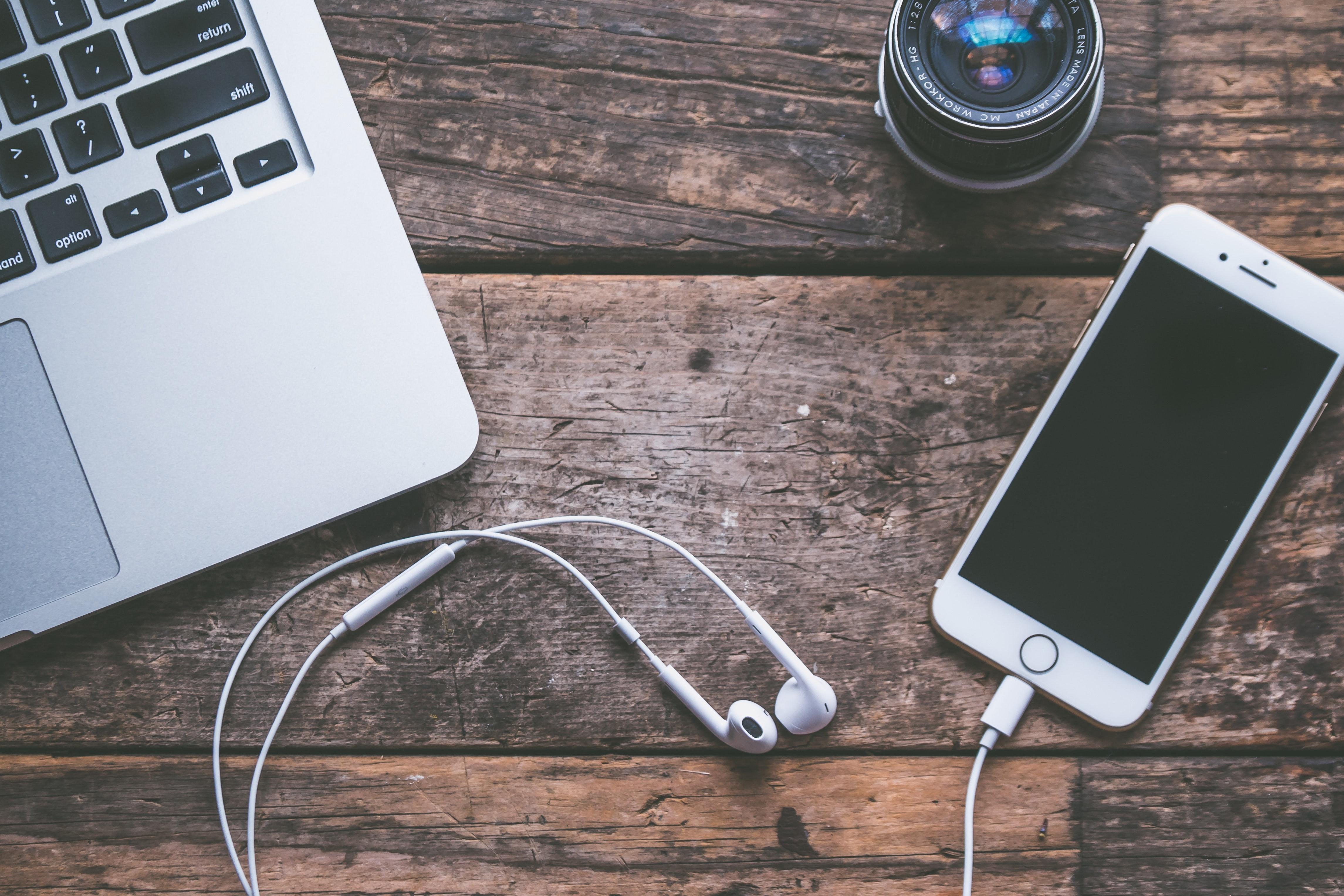 Macbook und iPhone auf Holztisch