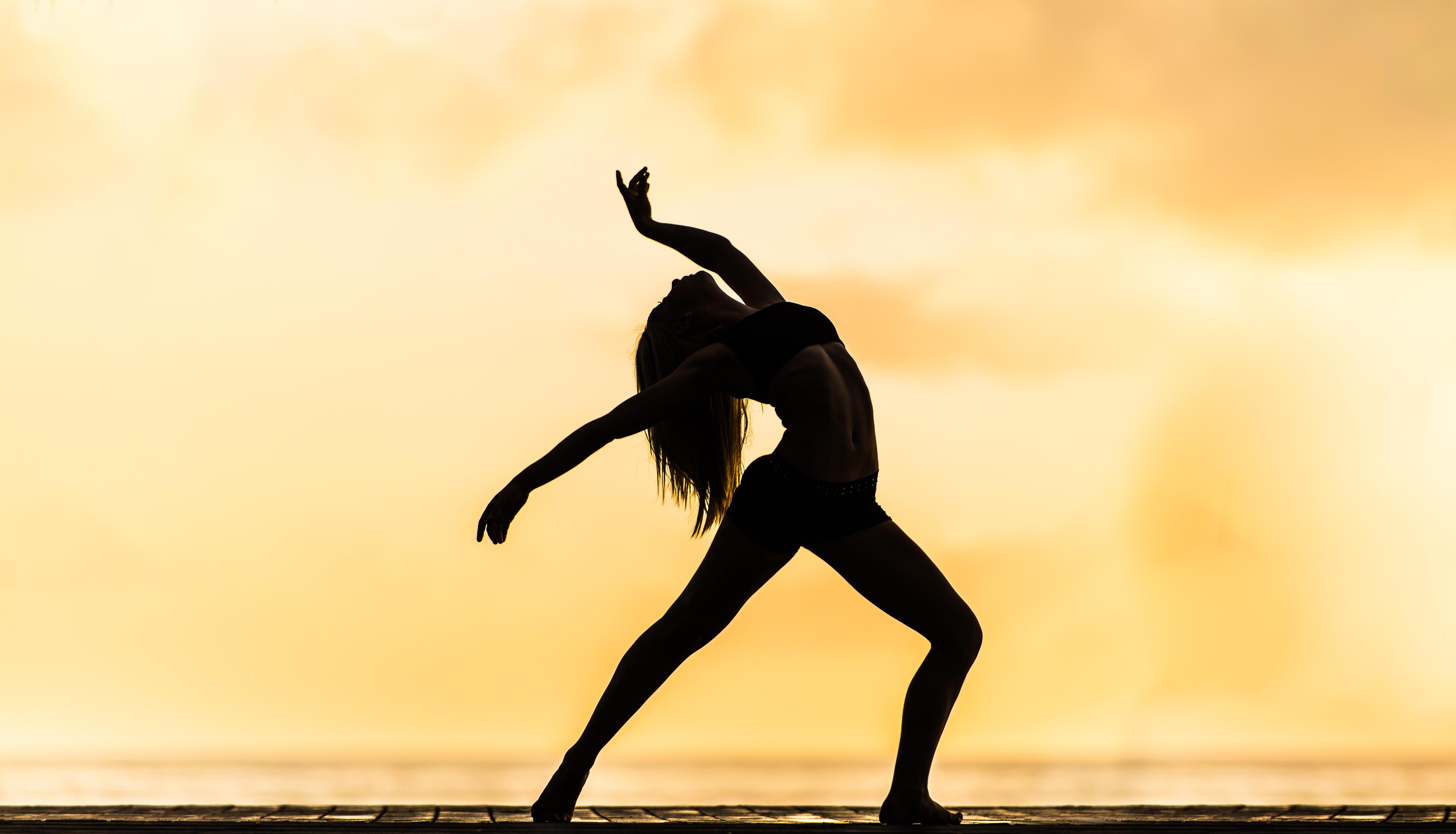 Silhouette einer tanzenden Frau