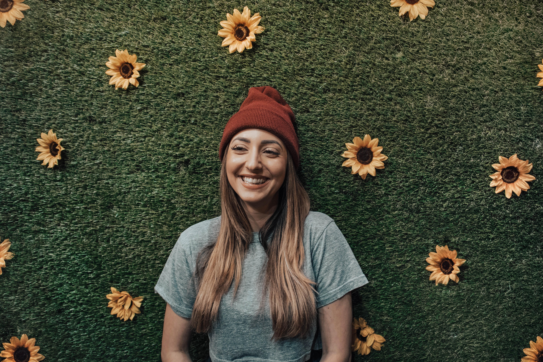 Entspannte und glückliche junge Frau