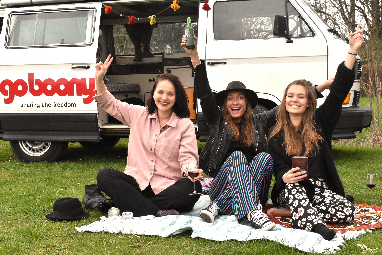drei Mädchen vor einem Wohnmobil