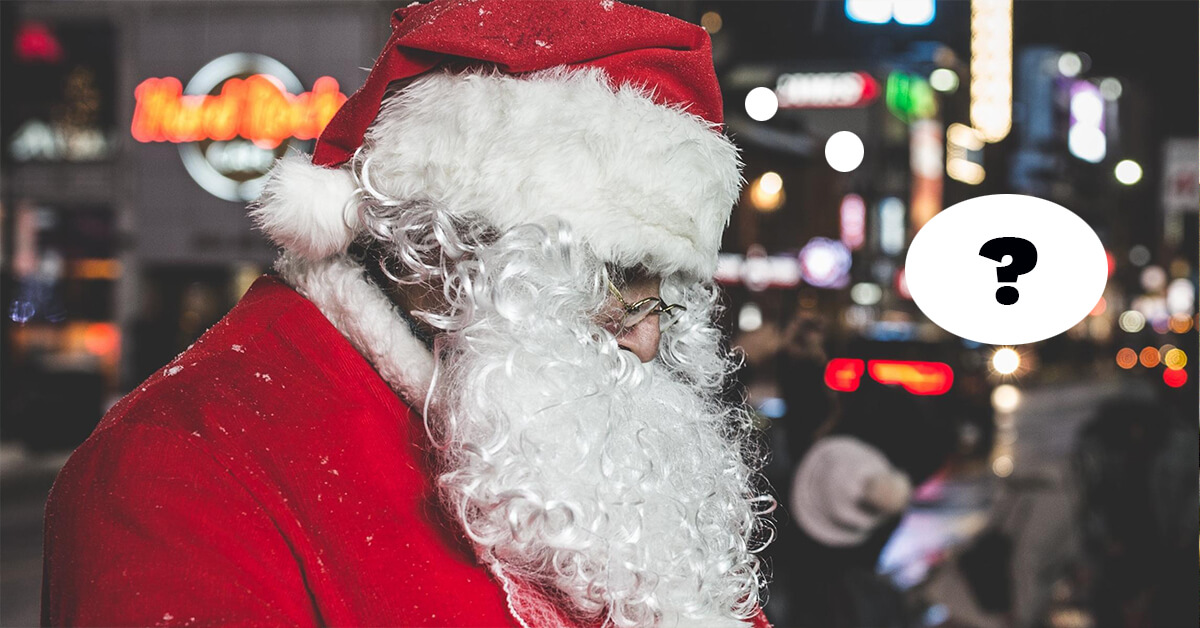 Mann in einem Weihnachtsmann Kostüm steht auf der Straße