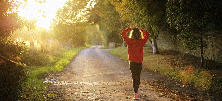 tjej går i skog
