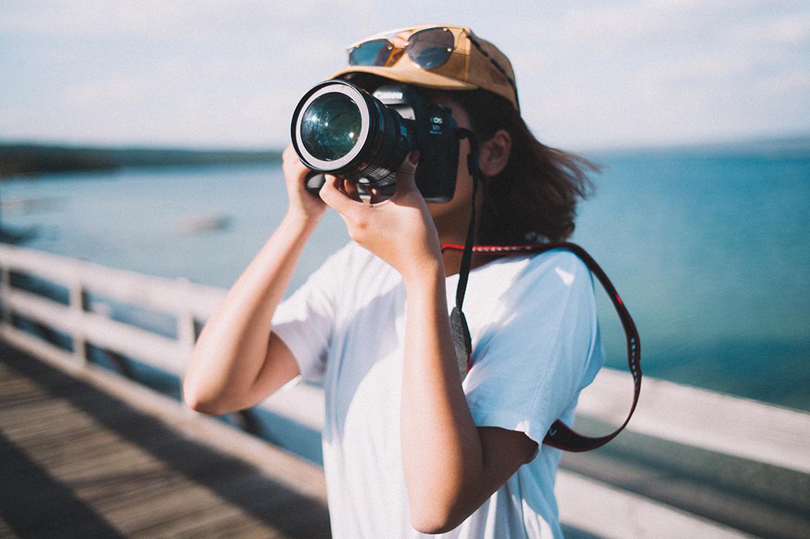 Ein Mädchen fotografiert etwas