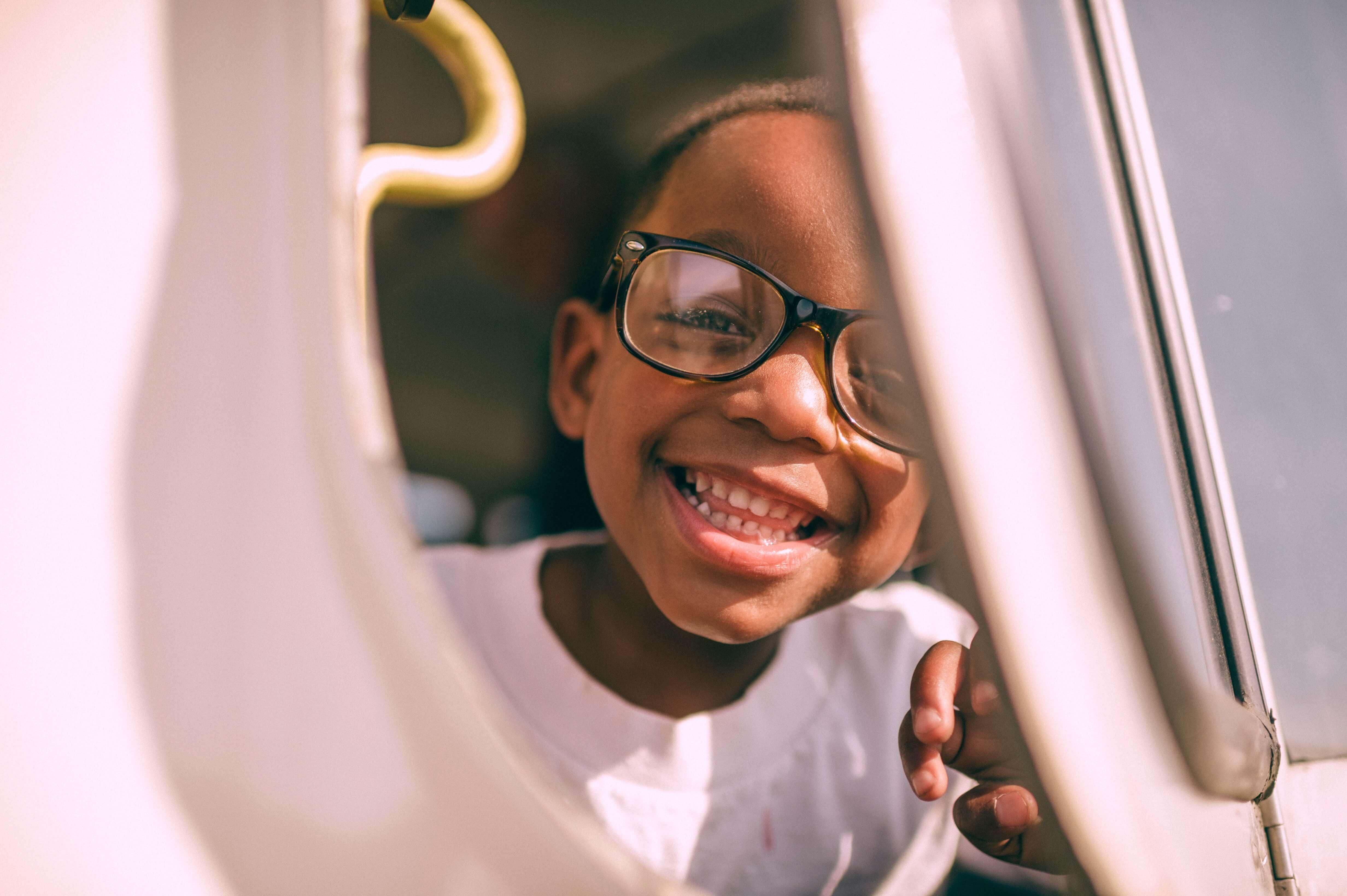 Ein lachendes Kind im Auto