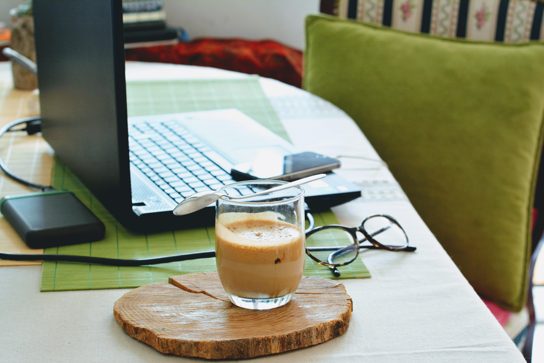 Home Office und Kaffee