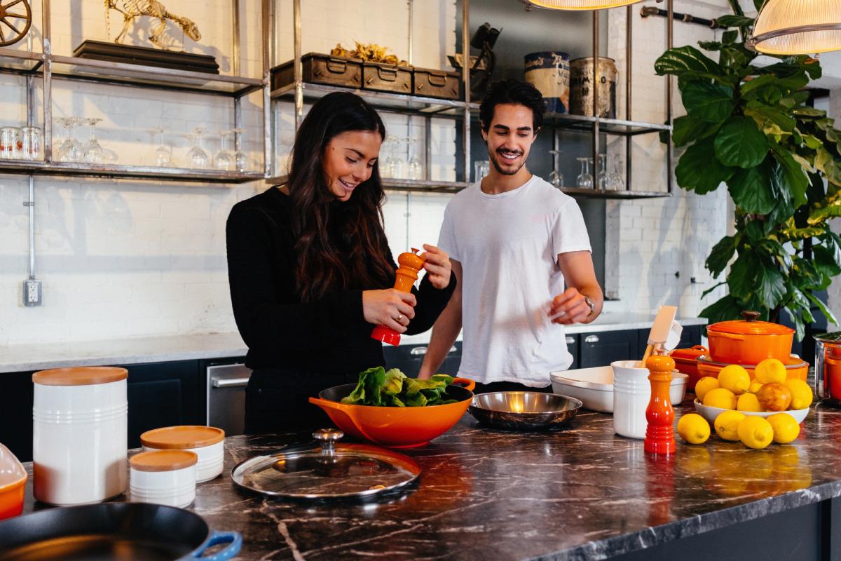 Två vänner lagar matlådor