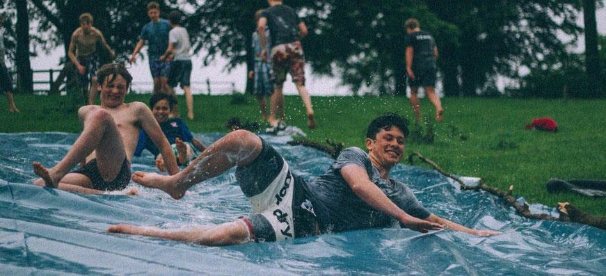 Killar leker i vatten