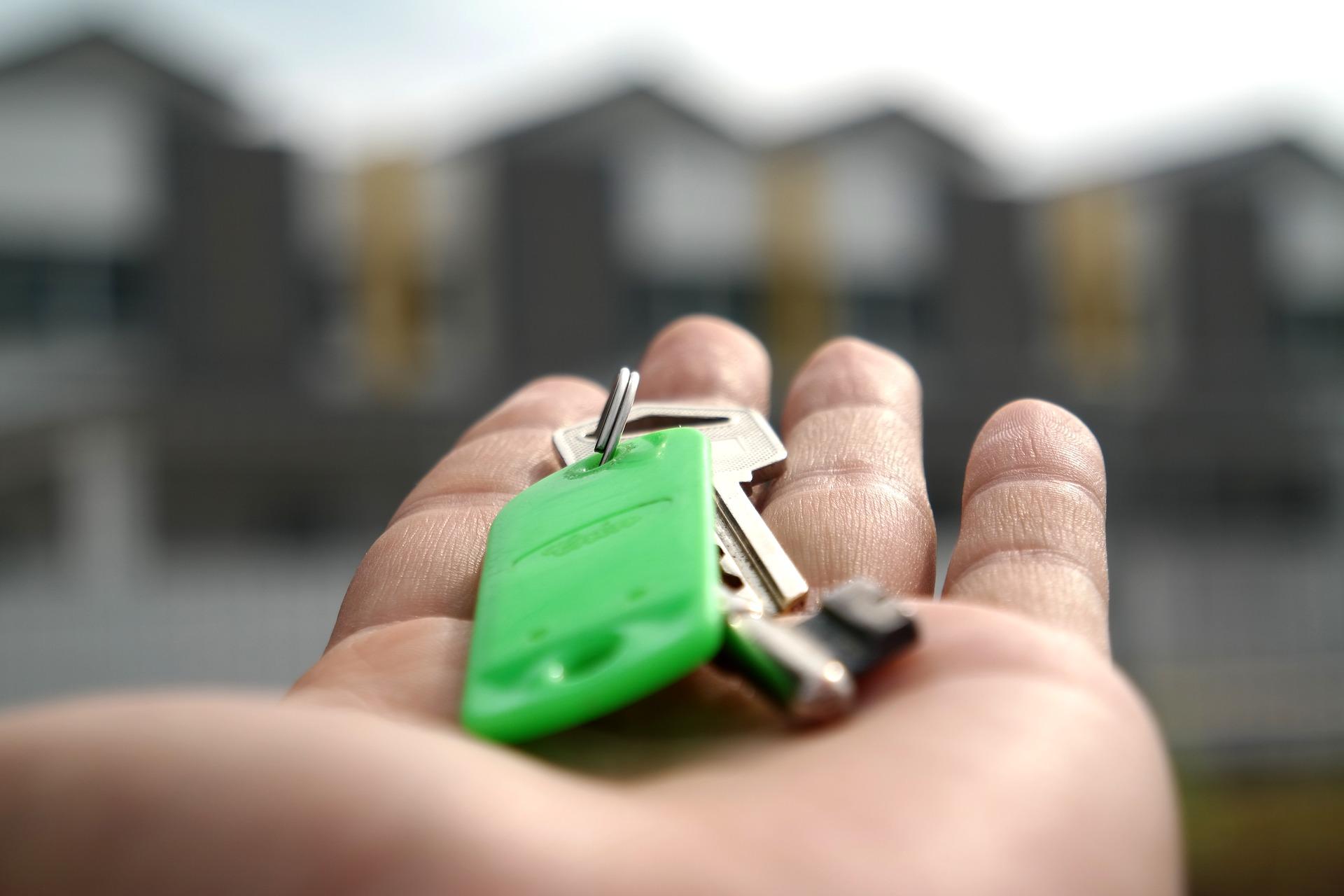 Hand mit grünem Schlüssel