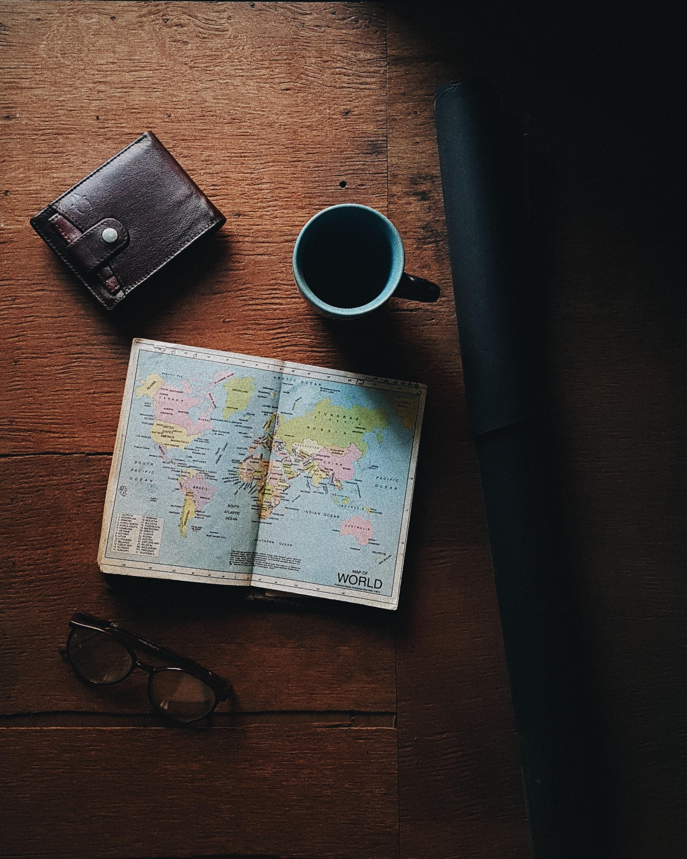 Reisetagebuch auf Tisch