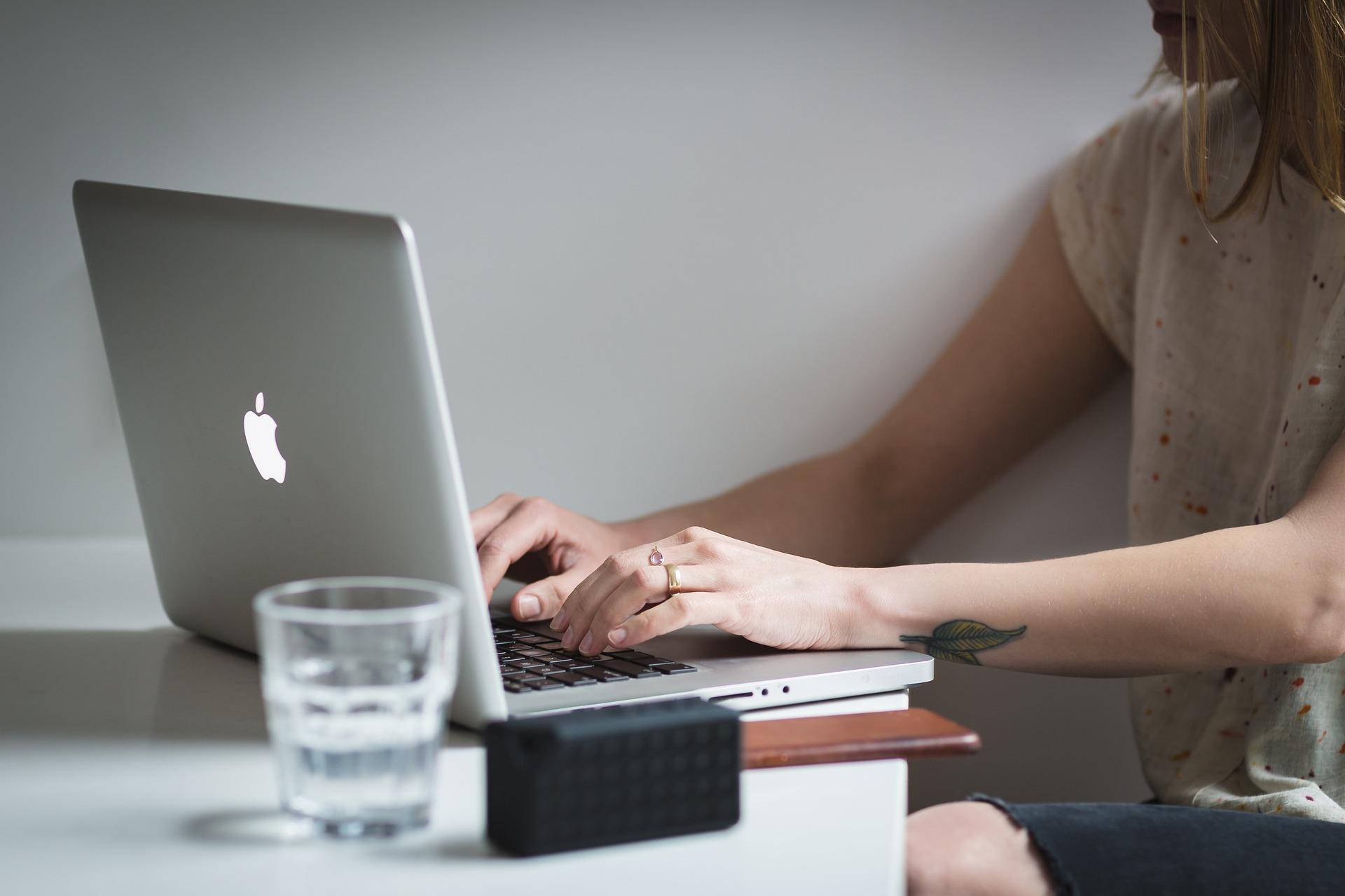 Recherche am Laptop