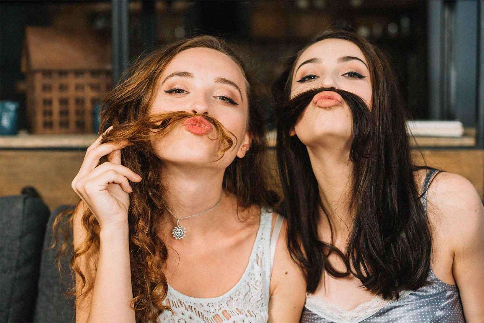Dos jovenes bigote pelo