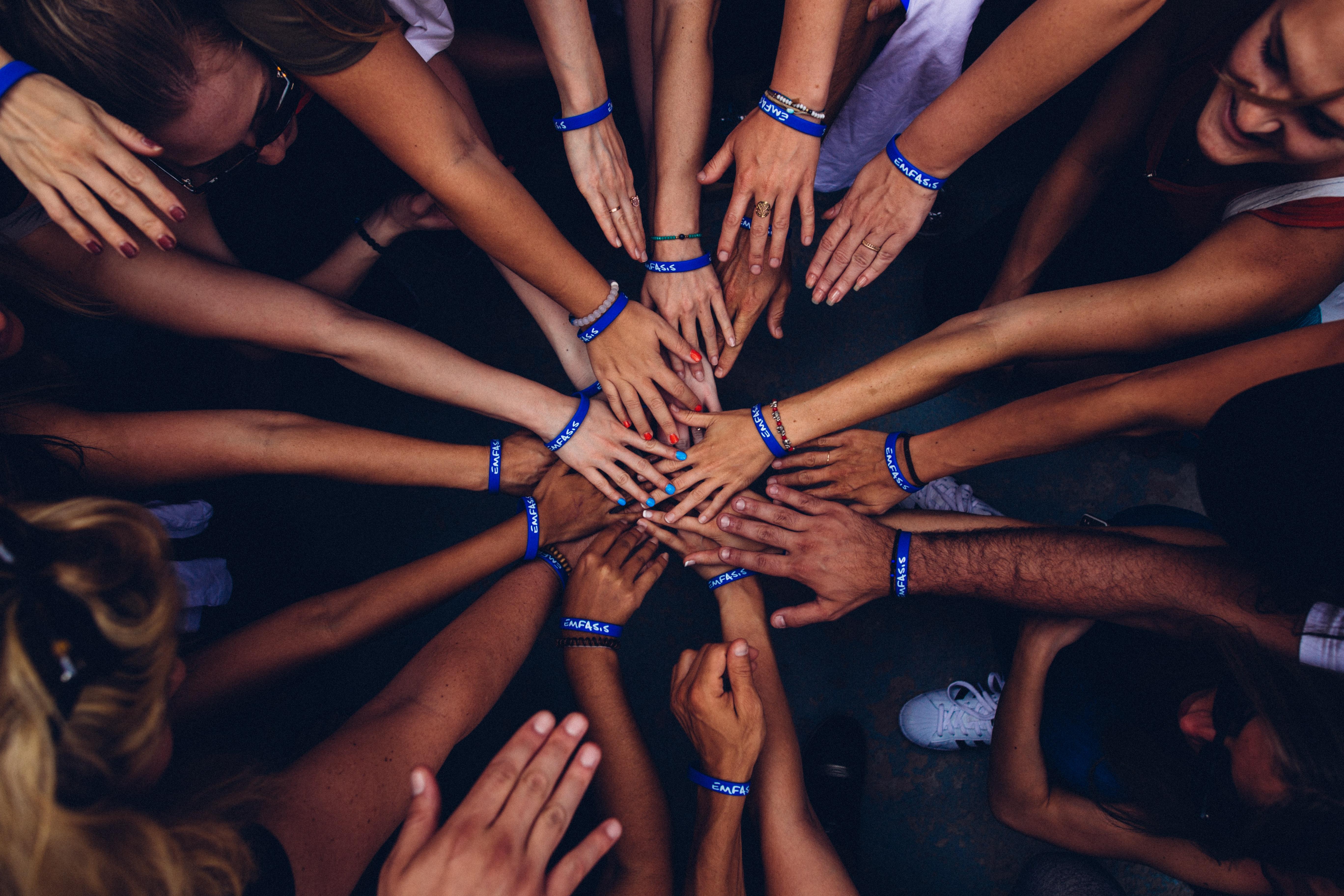 Gemeinsam sind wir stark, ehrenamtliches Engagement, Hände, Hilfsbereitschaft, Freiwilligenarbeit