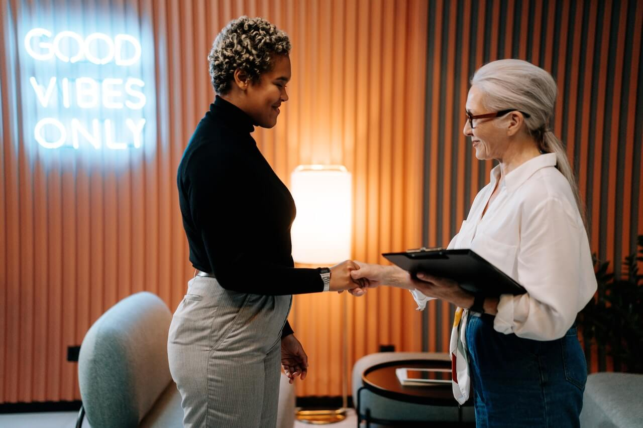 Frauen schüllteln sich beim Bewerbungsgespräch die Hand