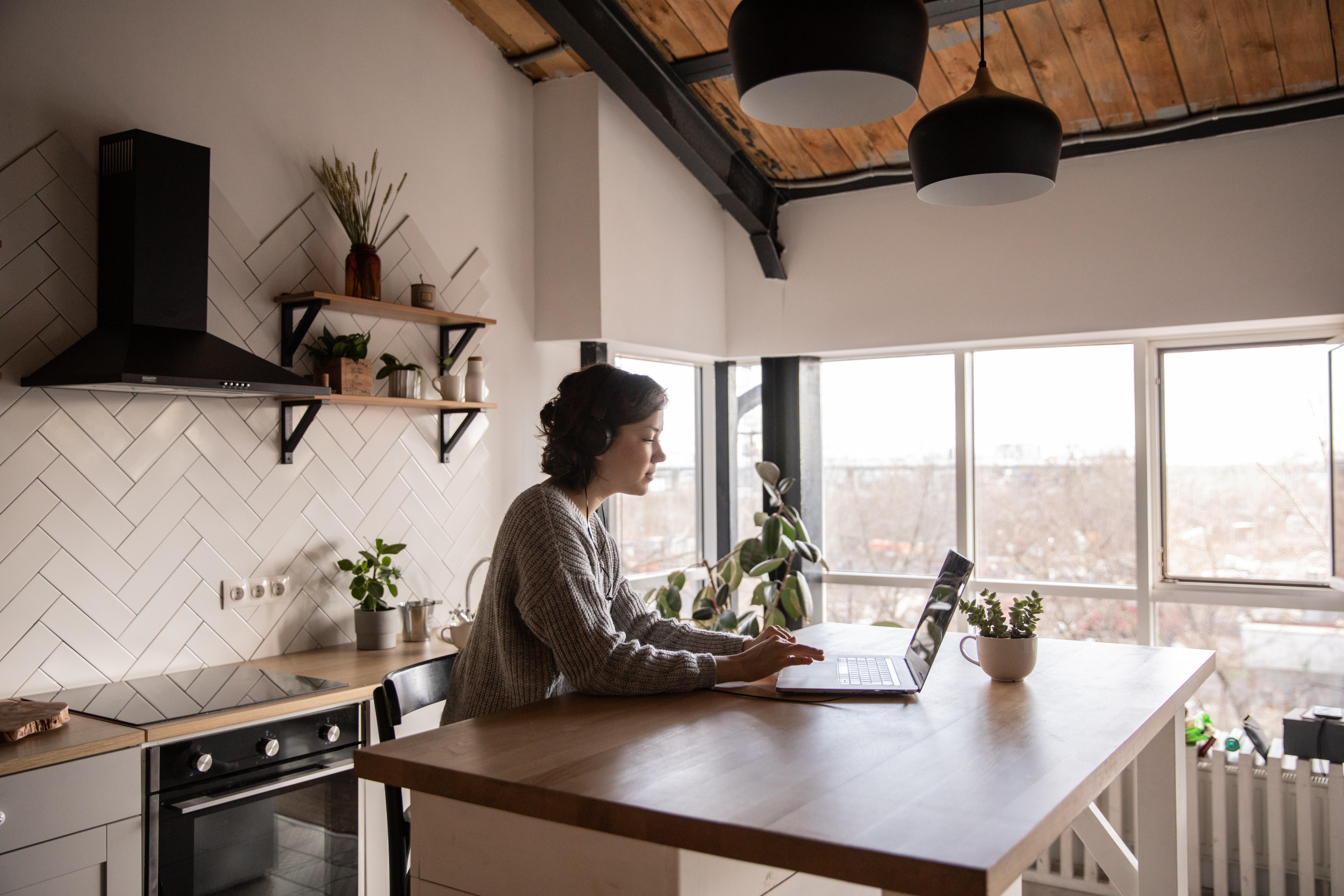 étudiante qui travaille sur son ordinateur