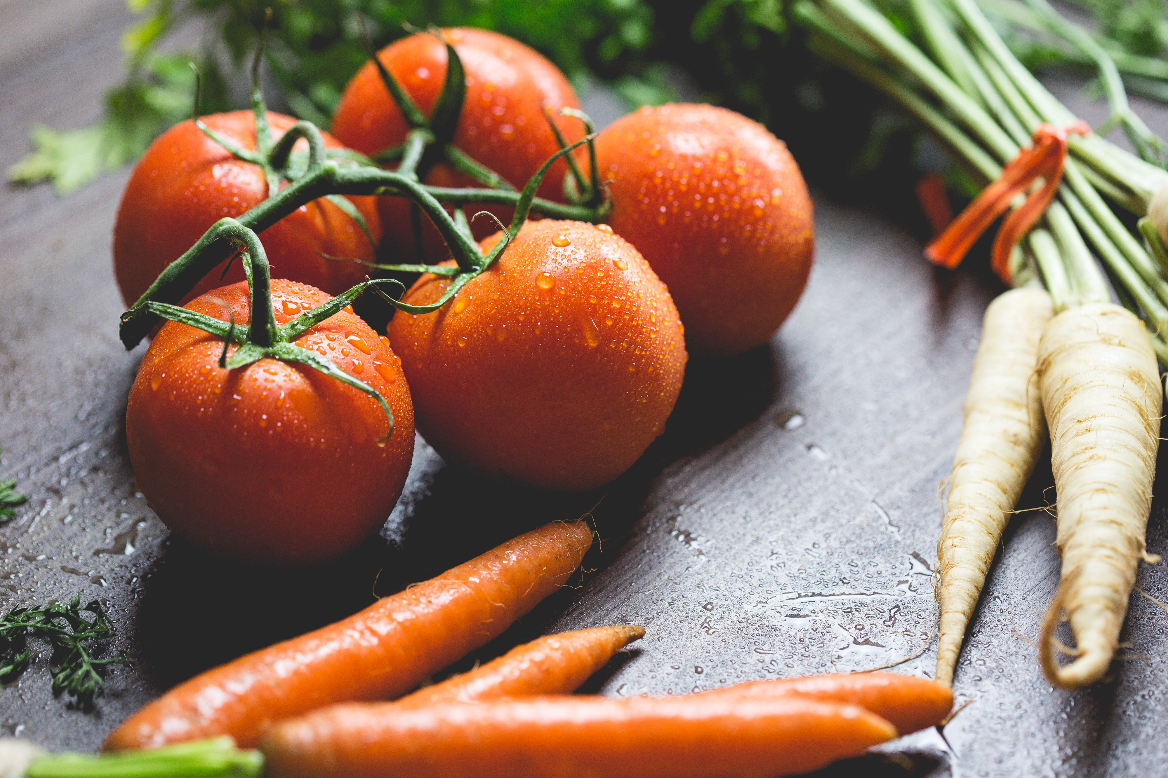 Tomaten und Karotten liegen auf dem Tisch