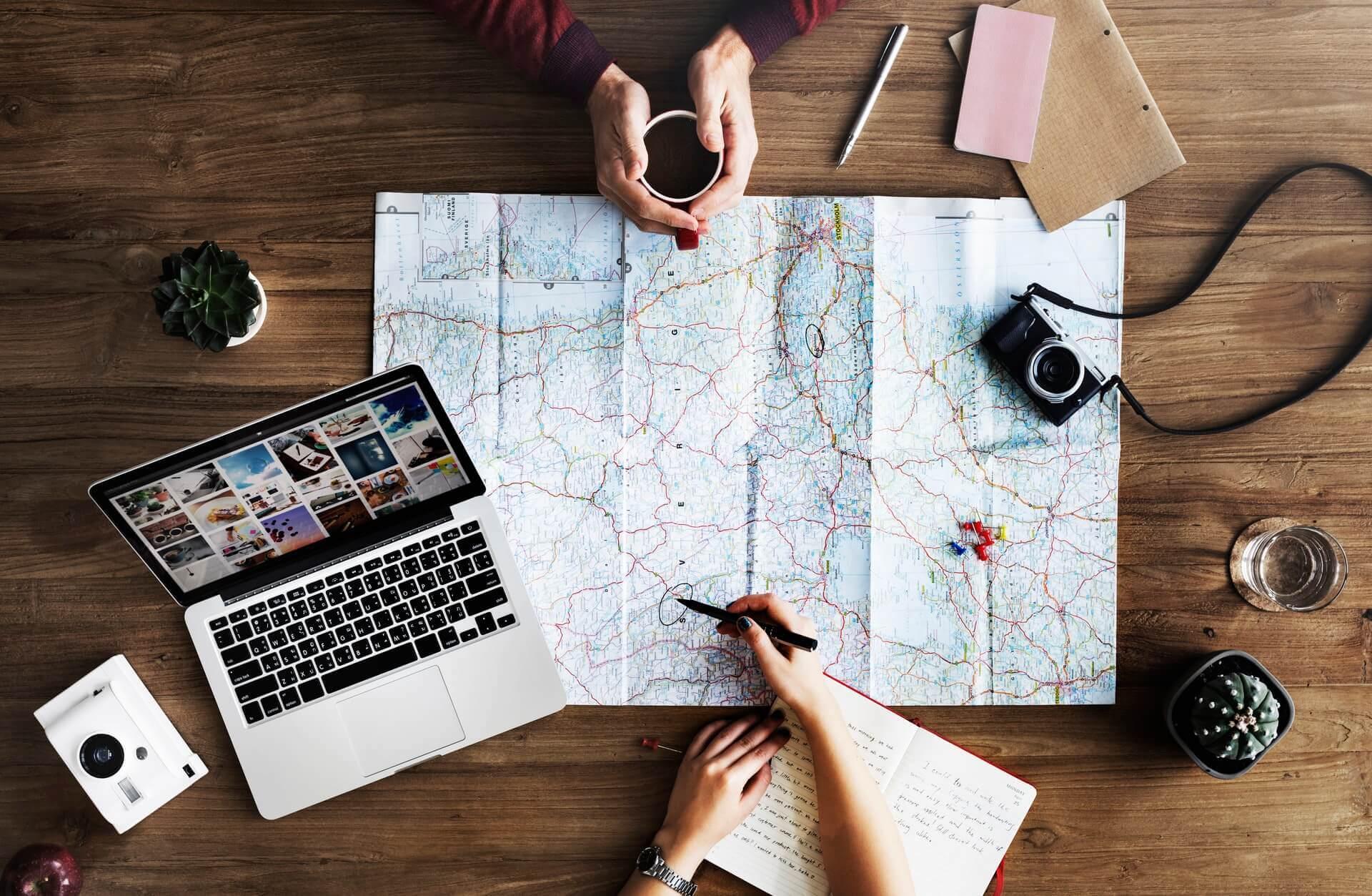 Tisch mit Landkarte