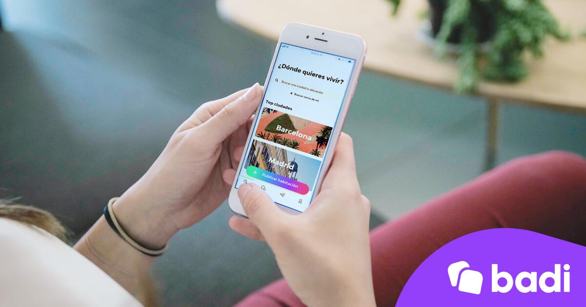 Móvil con aplicación de badi en la pantalla
