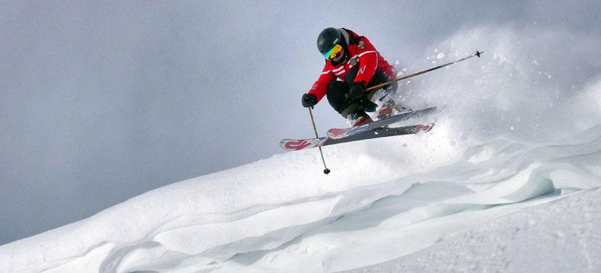 tjej åker skidor