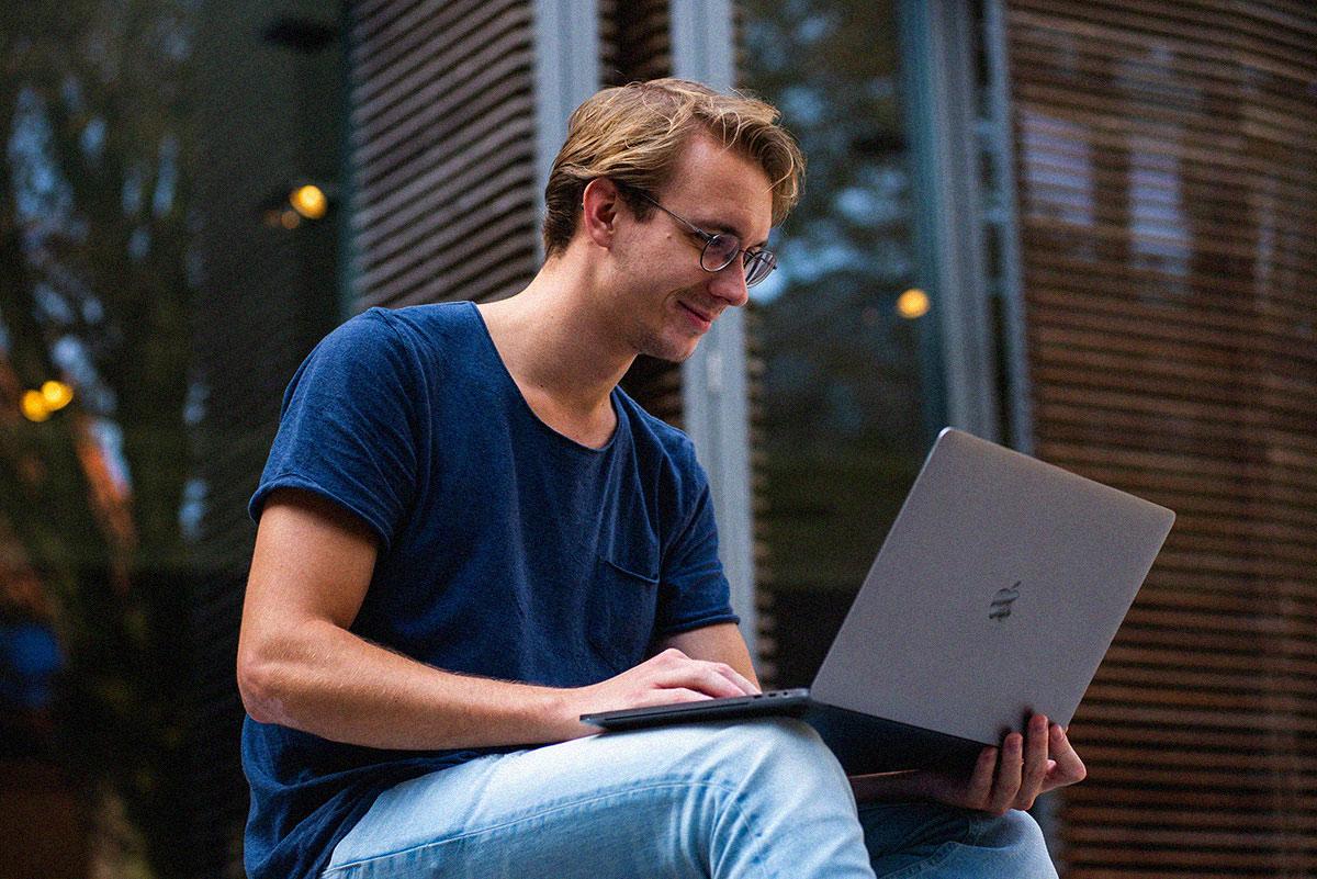 Student sitzt am Laptop