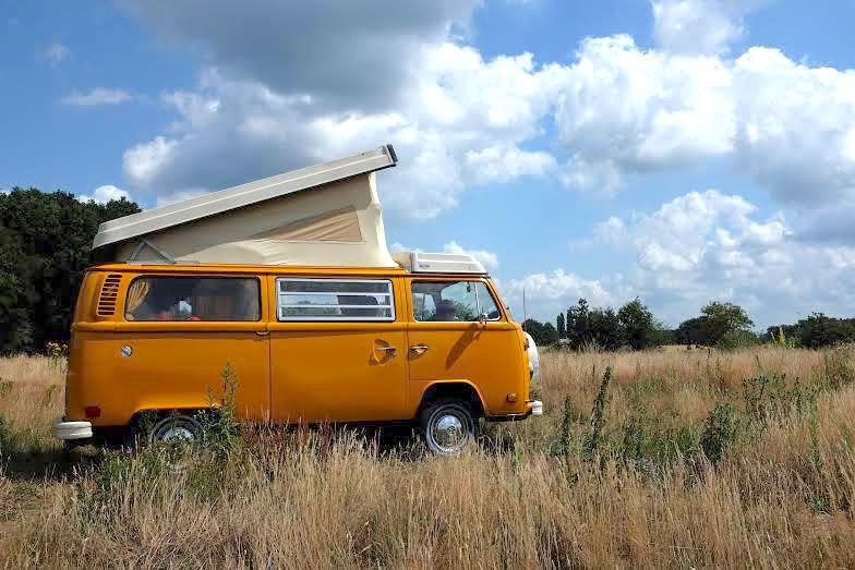 ein gelbes Wohnmobil