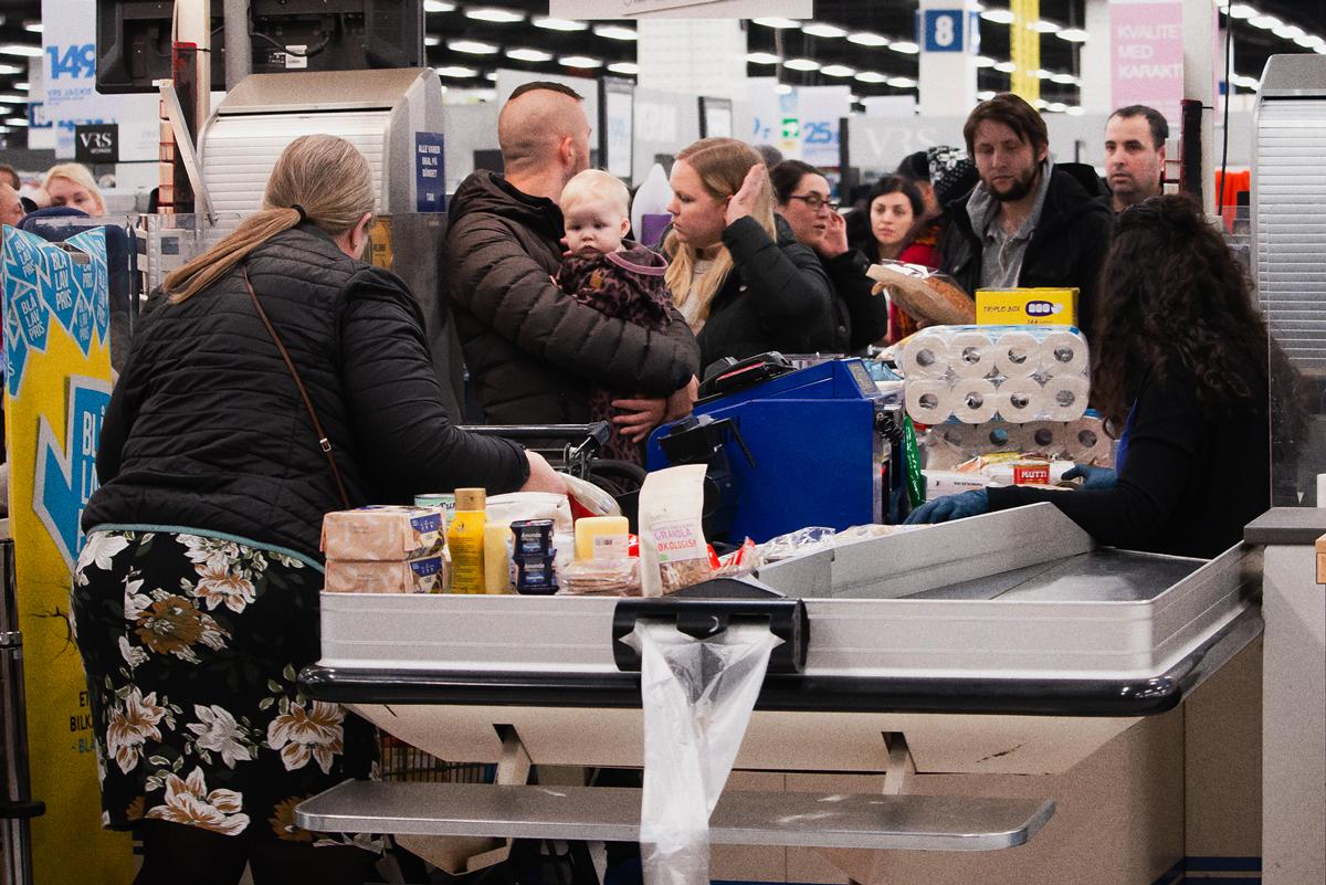 supermarkt klanten lappen 1,5 meter aan laars