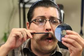 homme se peignant la moustache