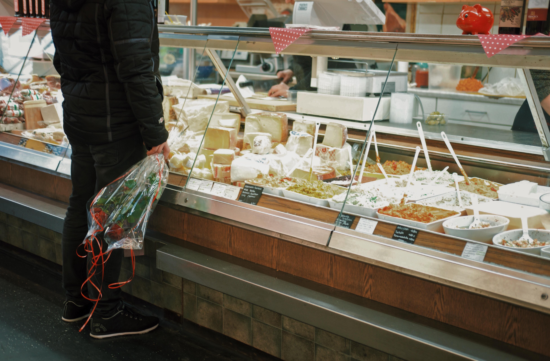 Käsetheke im Supermarkt