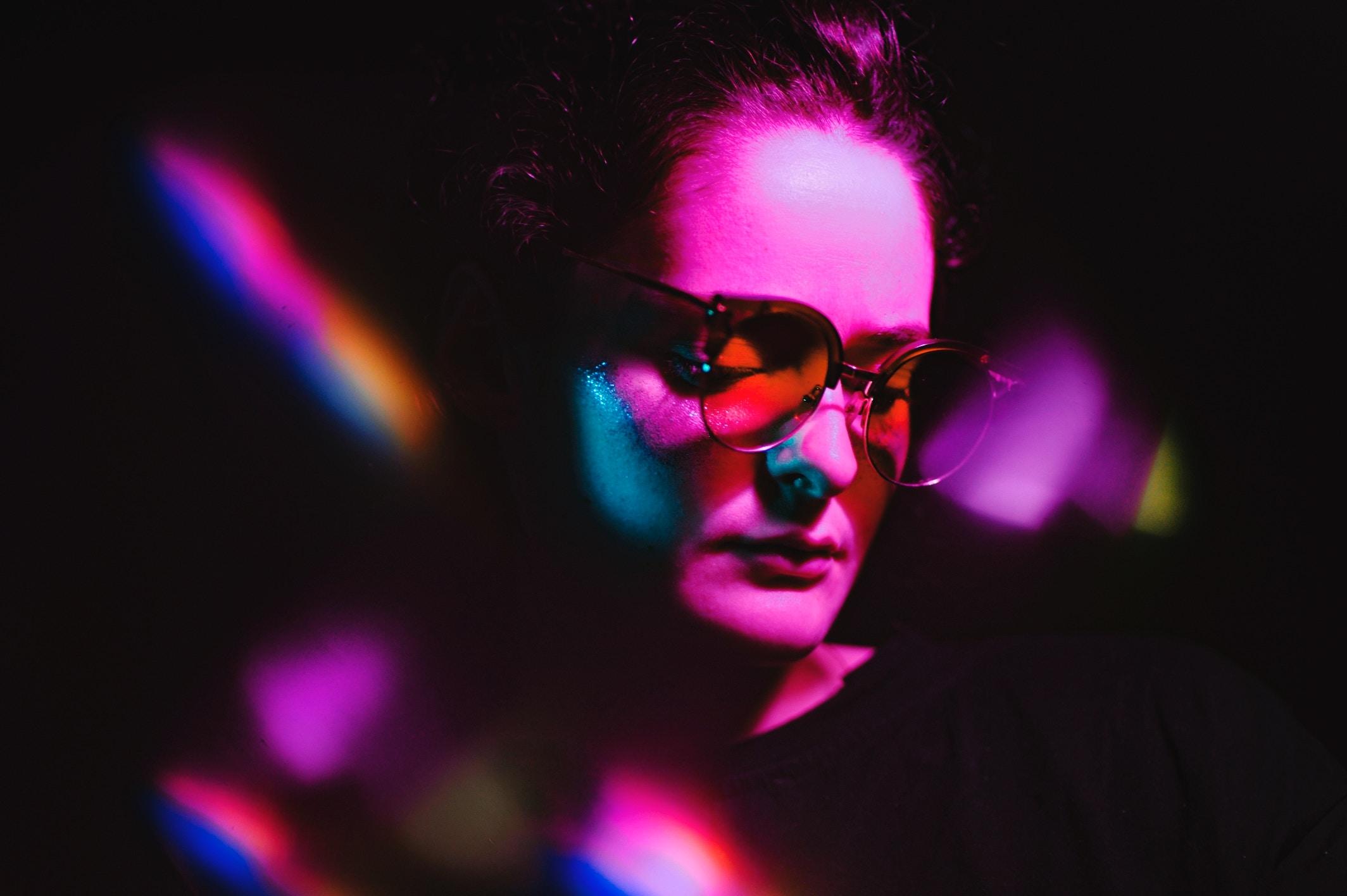 chica con gafas en la discoteca