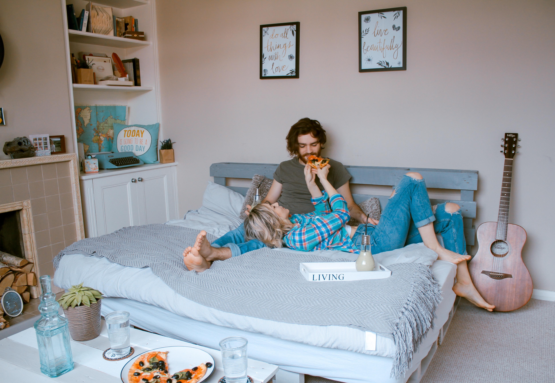 Couple dans une chambre joliment décorée
