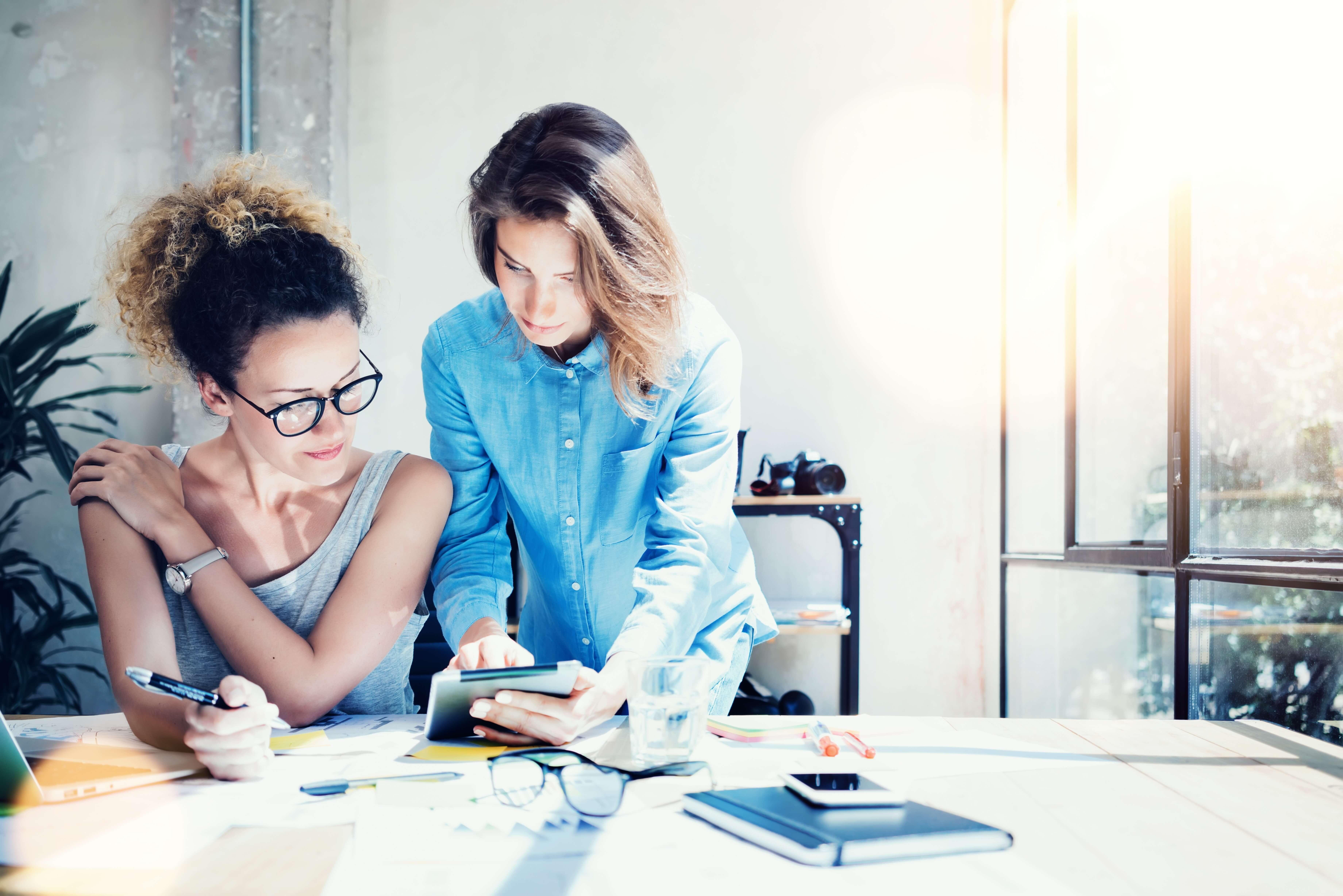 mujeres trabajando en escritorio